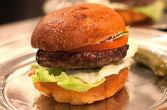 КЛАСИК ----- 180гр. мляно телешко, айсберг, домат, червен лук, кисела краставичка, сос МЕАТ, хляб бриош
