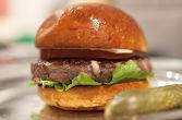 РОКФОР ----- 180гр. мляно телешко овкусено с рокфор, устър сос, горчица, табаско и лук, айсберг, авокадо, домат, сос МЕАТ, хляб бриош