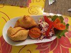 САМОСА  непалски пирожки със зеленчуци – картофи, моркови, грах, стафиди, кашу.