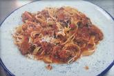 Талятели от прясна паста с домашно приготвено рагу (доматен сос, телешко месо, тосканска наденица и зеленчуци) и пармезан